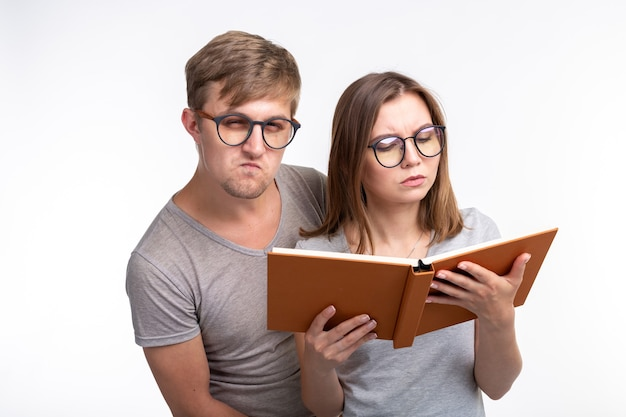 Учимся вместе и люди концепции. пара молодых забавных людей читают книгу