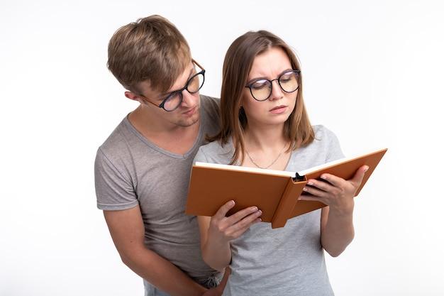 Учимся вместе и люди концепции. пара молодых людей читают книгу
