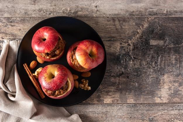 木製のテーブルの上でナッツで焼いたぬいぐるみリンゴ