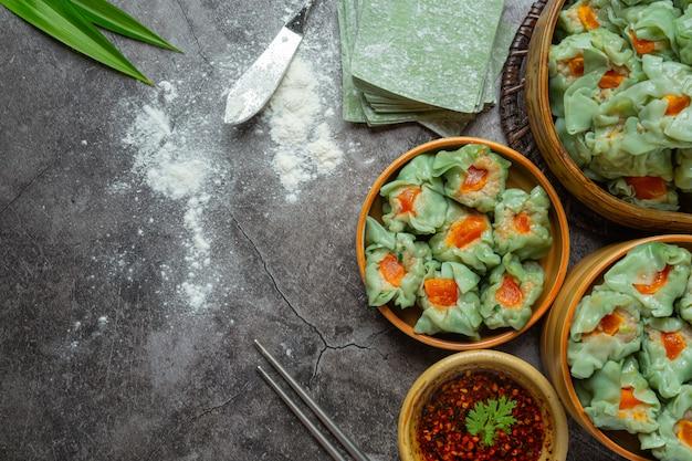 Фаршированная фасоль со свининой и солеными яйцами азиатской кухни.
