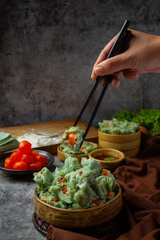 豚肉のぬいぐるみと塩漬け卵のアジア料理。
