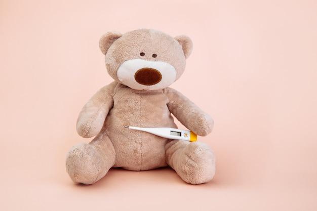 Чучело медведя представлено как педиатр с термометром