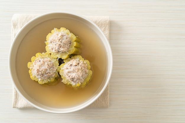 味付けした豚肉のミンチと春雨のスープボウルを詰めたゴーヤ
