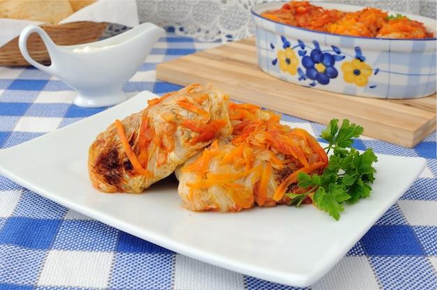 Голубцы, тушеные в томатном соусе с луком и морковью