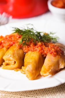 Голубцы с томатным соусом на тарелке