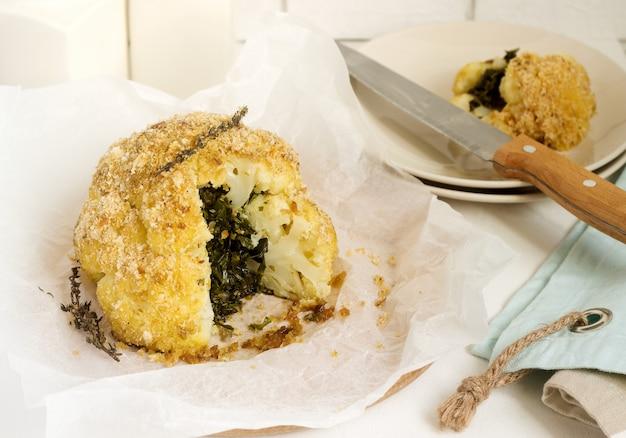 フダンソウとパン粉を詰めたカリフラワー。素朴なスタイル。