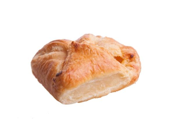 Torta di formaggio farcita isolata su fondo bianco. torta deliziosa.