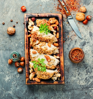 Фаршированная куриная грудка с орехами.