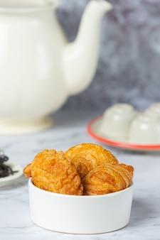 테이블에 박제 치킨 카레 퍼프.