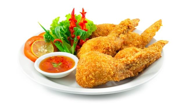 Фаршированные куриные крылышки внутри с курицей, фаршем, стеклянной лапшой, смешанной капустой и морковью подается сладкий соус чили украсить резным чили и овощами вид сбоку