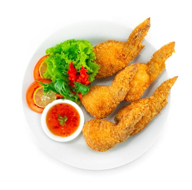 Фаршированные куриные крылышки внутри с куриным фаршем, стеклянной лапшой, смешанной капустой и морковью подается сладкий соус с чили украсить резной перец чили и овощи вид сверху