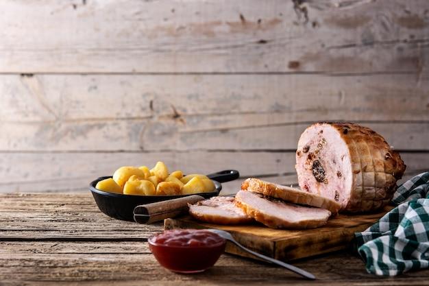 木製のテーブルにナッツを詰めた鶏肉