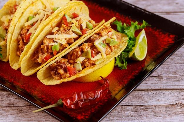 Фаршированные тако кукурузные ракушки, тако мексиканское блюдо