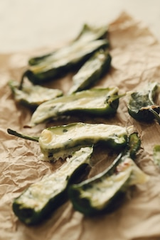 Фаршированный жареный перец. традиционные испанские тапас
