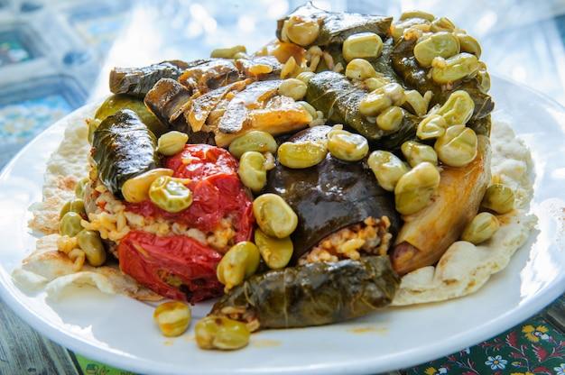 ブドウの葉の詰め物-アラビア料理。