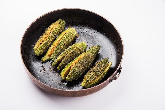 속을 채운 카레라 또는 비터 멜론 또는 조롱박. 전통적인 인도 야채 조리법은 접시나 프라이팬에 제공됩니다. 선택적 초점