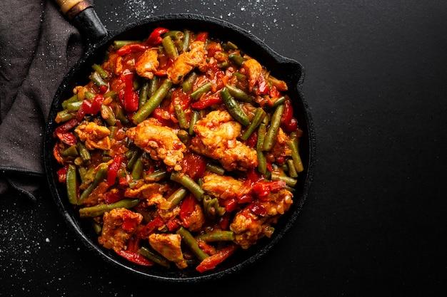 Фаршированное мясо с овощами на сковороде