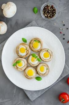 Грибы фаршированные перепелиными яйцами. пасхальная закуска.