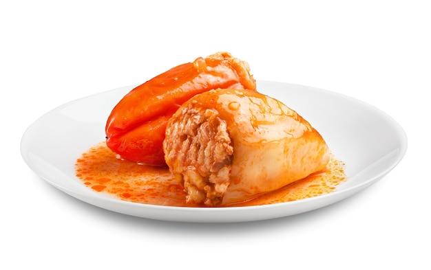 Фаршированный перец на тарелке, изолированной на белом