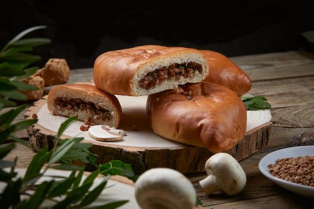 Фаршированные пироги на деревянном блюде