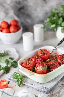 オーブンで調理したトマトとハーブを詰めた赤ピーマン。