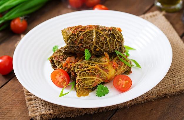 Фаршированные савойские капустные рулетики в томатном соусе