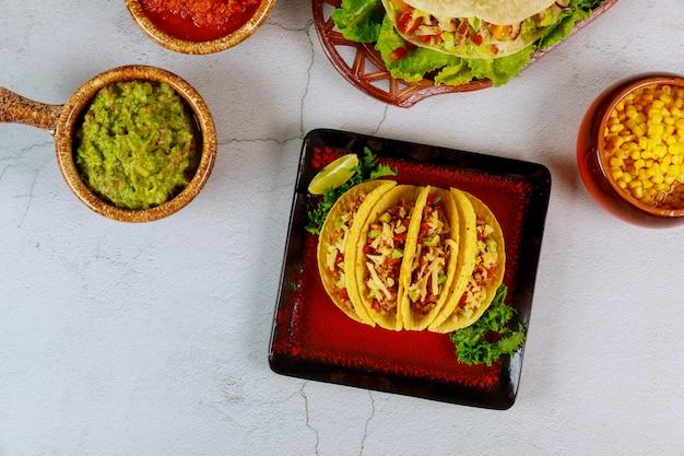 Фаршированные тако оболочки, сальса и гуакамоле, мексиканские тако блюдо