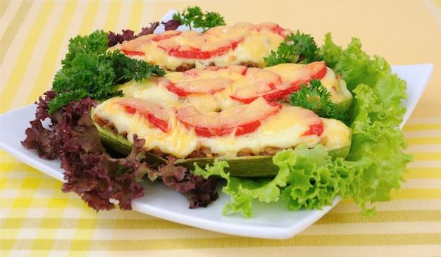 야채와 토마토, 허브와 치즈가 섞인 속을 채운 호박