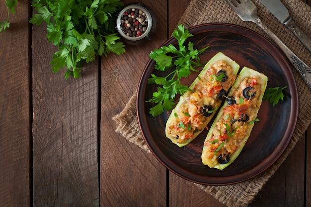 Фаршированные цуккини с курицей, помидорами и оливками с сырной корочкой