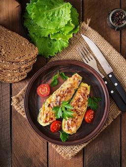 Фаршированные цуккини с курицей, помидорами и луком с сырной корочкой