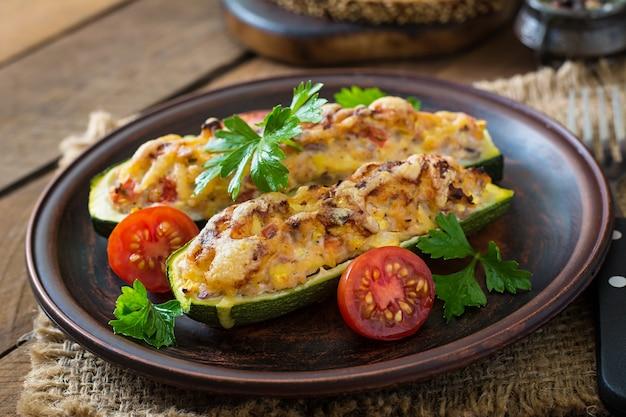 Zucchine ripiene con pollo, pomodori e cipolla con crosta di formaggio