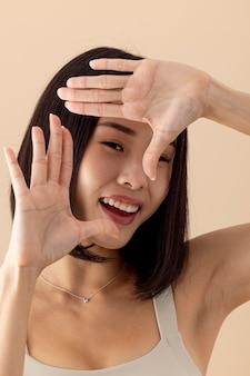 멋진 아시아 여성 모델 포즈