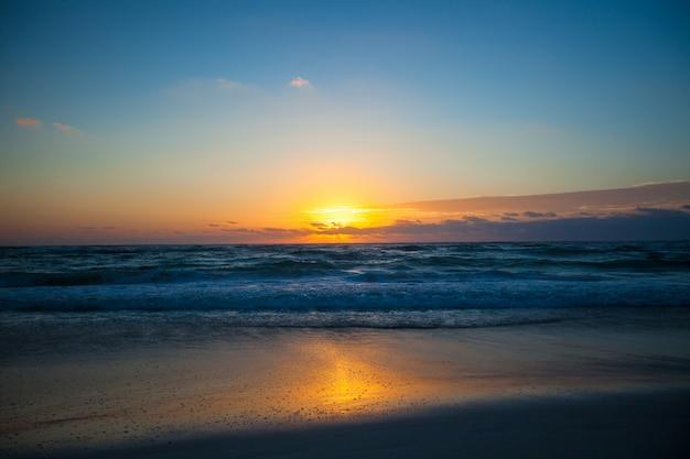 Потрясающий красивый закат на экзотическом пляже в мексике