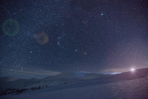夕方の日没後、スキーリゾートのゲレンデの見事な美しい景色。休日と年末年始の北の国での休暇の概念