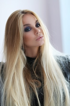 革のジャケットで見事な金髪の女性