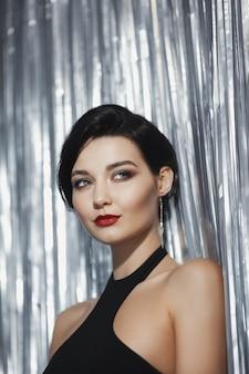 黒のスタイリッシュなドレスの見事なファッションの女性完璧な美しいブルネットの女の子の肖像画
