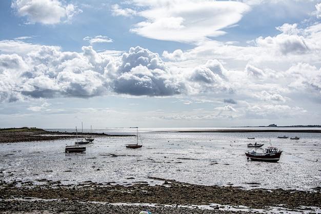 海岸の漁船の見事な風景
