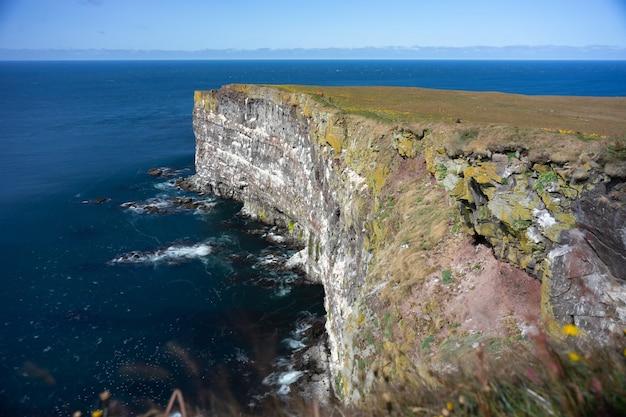 ヨーロッパ最大の鳥の断崖、見事なラゥトラビャルグの断崖