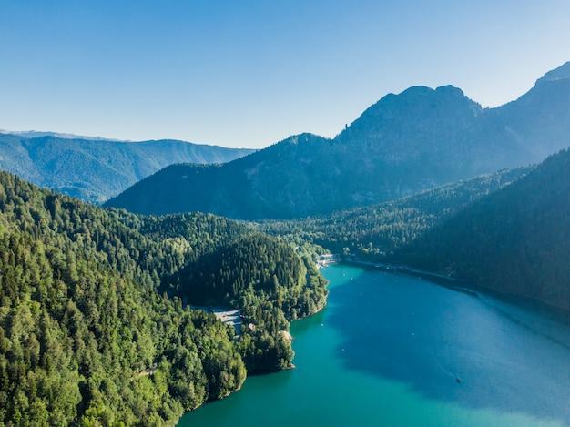 맑은 푸른 호수와 멋진 산 풍경