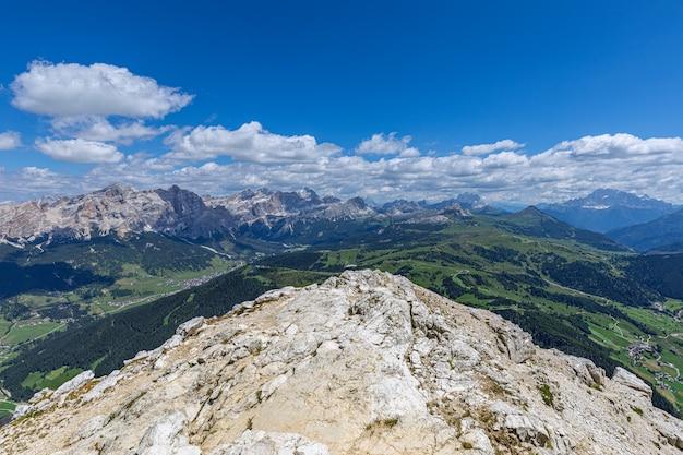 サッソンゲル山の頂上からのイタリアのドロミテの見事なパノラマビュー。