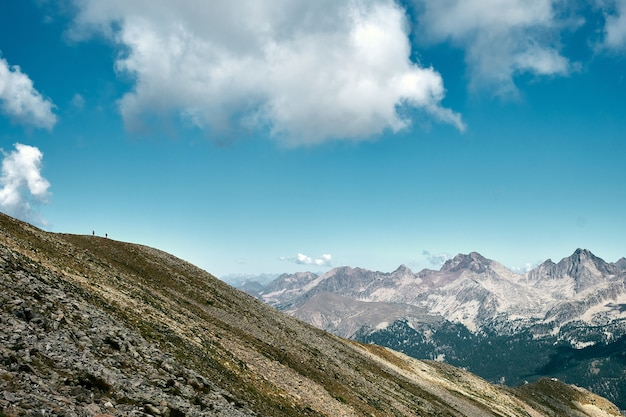 Splendida scena di un crinale montuoso in costa azzurra