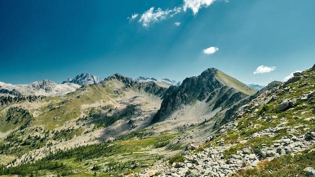Потрясающая сцена горного хребта на французской ривьере.