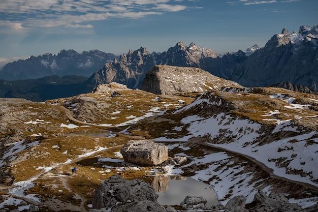 イタリア、ベッルーノ、ドロミテ、トレ・チーメ・ディ・ラヴァレドの石と雪に覆われた山頂の見事な風景
