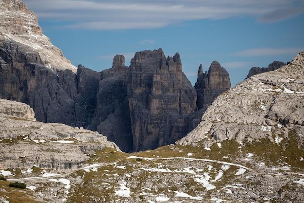 Tre cime di lavaredo, dolomites, belluno, italy의 돌과 눈 덮인 봉우리의 멋진 풍경