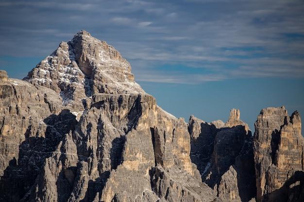 イタリア、ベッルーノ、ドロミテ、トレ・チーメ・ディ・ラヴァレドの石の峰の見事な風景