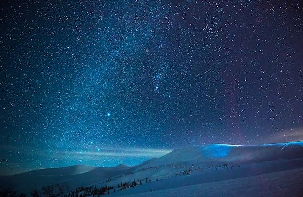 푸른 안개에 멋진 별이 빛나는 하늘