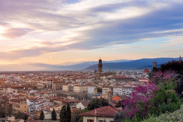 フィレンツェの見事な夕日、歴史的中心部のパノラマの景色。イタリア、トスカーナ