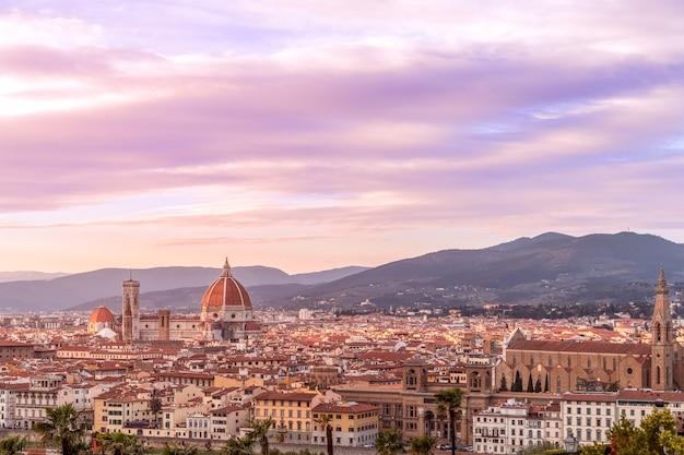 피렌체의 역사적인 중심지와 유명한 성당 (두오모 산타 마리아 델 피오레)의 멋진 일몰 투스카니, 이탈리아 프리미엄 사진
