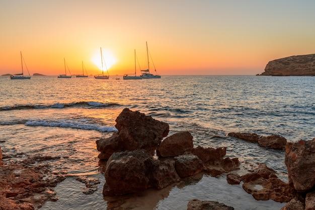 イビサ島のビーチからの素晴らしい夕日の景色