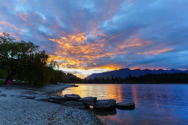 ニュージーランドの南島、クイーンズタウンのワカティプ湖での朝の見事な薄明